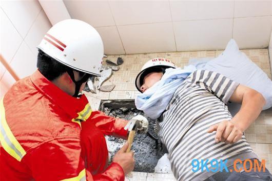 3月23日,在晋江市新塘街道一家服装厂中,一名男子在上厕所的途中边玩手机边走路,结果手机掉进便池,他赶紧用手去掏,结果右手被紧紧地卡住了,只好报警求助。所幸的是人没有受伤。 当天凌晨1时许,晋江市公安局新塘派出所民警接到报警后,立即赶赴现场。只见一名身穿睡衣、披黑色外套,脚穿拖鞋的中年男子双腿跪在便池台上,头也抵在便池台上。男子艰难地侧过脸来尴尬地说:我右手被卡住了。 民警赶紧找来一件衣服垫在男子的头下,让他的头与又冰又硬的瓷砖隔开。然后又经过仔细观察发现该男子的手被卡得实在太紧,如果没有专业工具贸然进